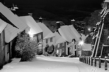 Gold Hill in winter, Shaftesbury, Dorset, England, UK. January 2010.