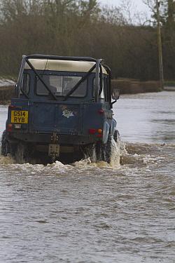 Rescue landrover navigating floods during February 2014 flooding, Upton upon Severn, Worcestershire, England, UK, 9th February 2014.