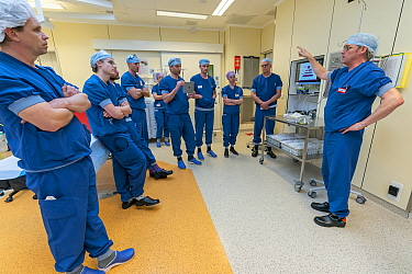 Anesthesia nurse Wim Merkx instructing the anesthesiologists on the use of the intubating room. This room was created especially to intubate Covid-19 infected patients Jeroen Bosch Ziekenhuis, Den Bo...