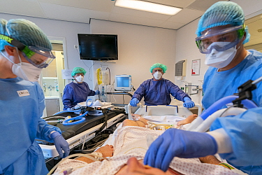 ICU team working together with an anesthesiologist from the Radboud University Nijmegen to transfer the patient to another hospital in the north of the Netherlands Jeroen Bosch Ziekenhuis, Den Bosch,...
