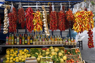 Stall with chilli peppers, garlic, limoncello, lemons and citrons, Penisola Sorrentina, Costa Amalfitana, Italy.