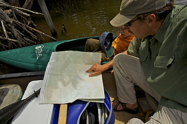 Tim Laman and Russell study their map while on the Hell's Bay Canoe Trail, Everglades National Park. Florida, USA. Model released, April 2008