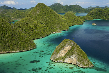 Aerial view of a boat making its way through the Wayag Islands, an uninhabited group of uplifted limestone (karst) islands, NW of Waigeo Island. West Papua, Indonesia, April 2007