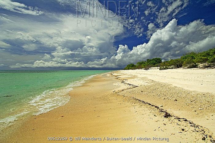 Clouds above island and sea, Cosmoledo Atoll, Seychelles  -  Wil Meinderts/ Buiten-beeld