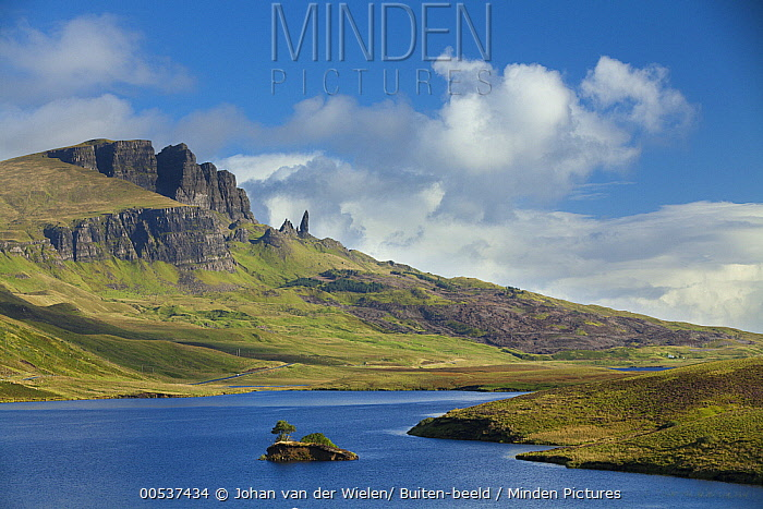 Loch Leathan and Old Man of Storr, Trotternish Peninsula, Isle of Skye, Scotland  -  Johan van der Wielen/ Buiten-bee