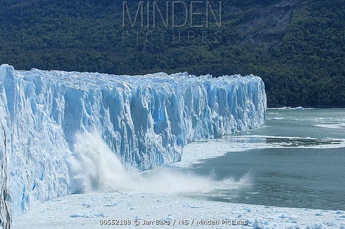 Ice breaking off from glacier, Perito Moreno Glacier, Los Glaciares National Park, Argentina