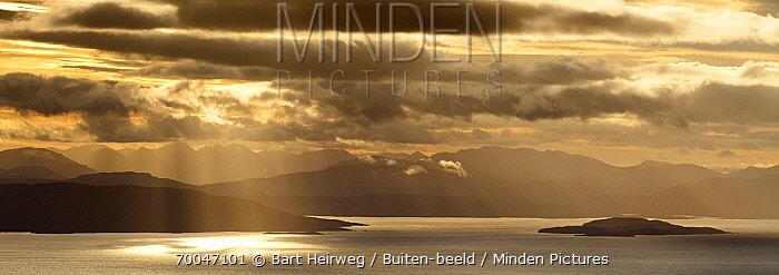 Coastline and islands at sunrise, Isle of Skye, Scotland, United Kingdom  -  Bart Heirweg/ Buiten-beeld