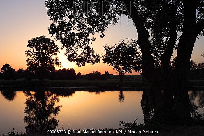 Sunset over the Loire River near St Etienne de Chigny France  -  Juan Manuel Borrero/ npl