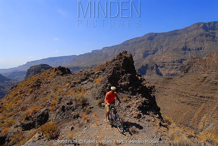 Cyclist in the Barranco de Tirajana, Gran Canaria Island, the Canary Isles, Spain, September 2007  -  Fabio Liverani/ npl