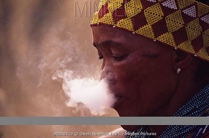 Jo, Hoan bushman smoking, Bushmanland, Namibia 1996  -  Owen Newman/ npl