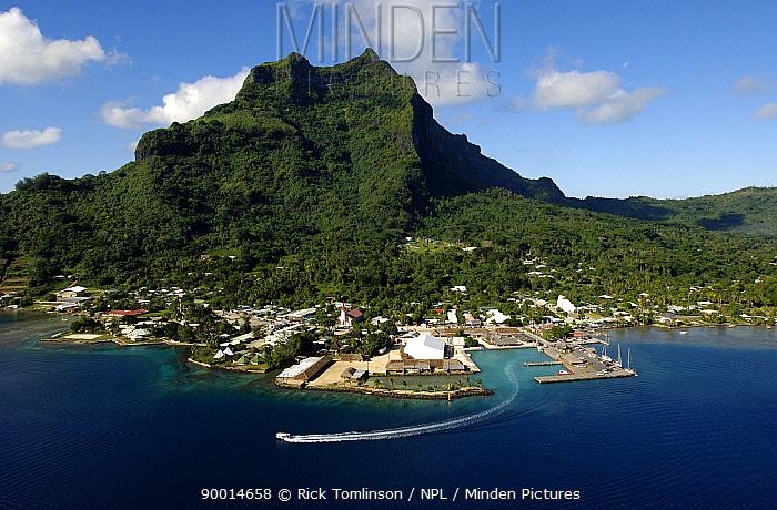 Motor yacht leaving port in French Polynesia  -  Rick Tomlinson/ npl