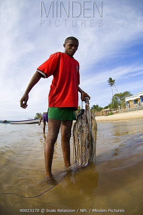 Antakarana octopus fishermen with his catch, La mer d'Esmeraude, Diego Suarez, Madagascar  -  Inaki Relanzon/ npl