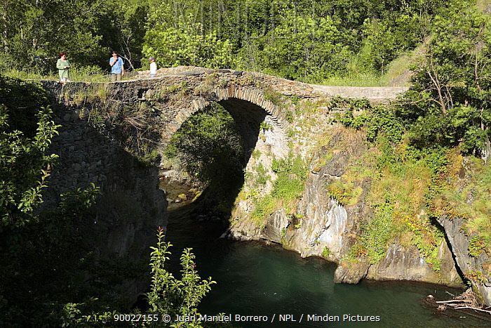Tourists on the Romanic Bridge of Alos d?Isil in the Pyrenees mountains Catalonia, Lerida, Spain  -  Juan Manuel Borrero/ npl