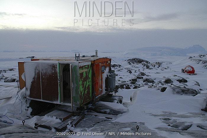 Hut in antarctic landscape, Antarctica  -  Fred Olivier/ npl