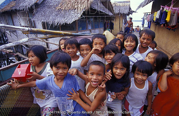 Children in pallafitte village at Puerto Princessa, Philippines 2001  -  Roberto Rinaldi/ npl