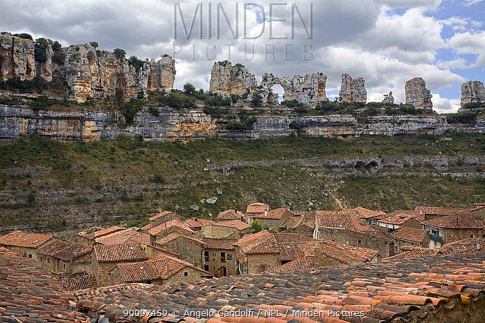 Orbaneja del Castillo village in the Canyon del Ebro and Rudron, Castilla y Leon, Spain July 2008  -  Angelo Gandolfi/ npl