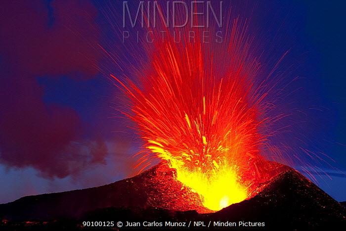 Eyjafjallaj�kull volcano erupting, Fimmv�r?uh�ls area, Iceland, 7th of April 2010  -  Juan Carlos Munoz/ npl