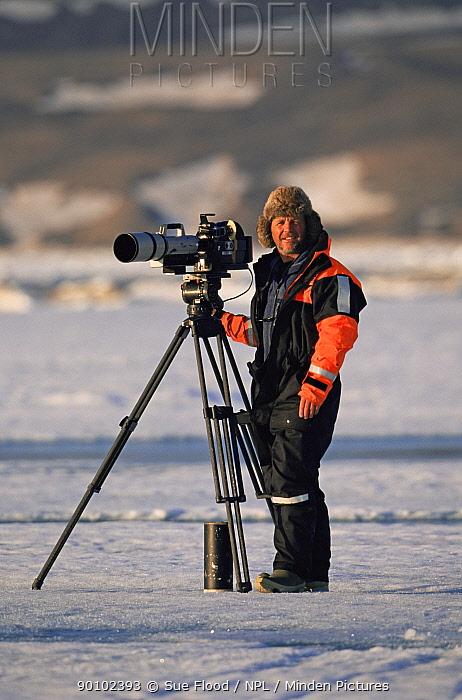 Cameraman Doug Allan filming on location, Canadian Arctic, June 2002  -  Sue Flood/ npl