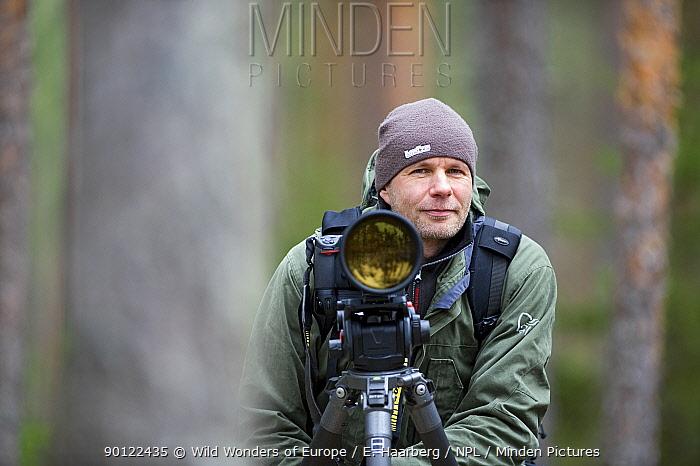 Photographer, Erlend Haarberg with camera equipment, in Bergslagen, Sweden, April 2009  -  WWE/ E. Haarberg/ npl