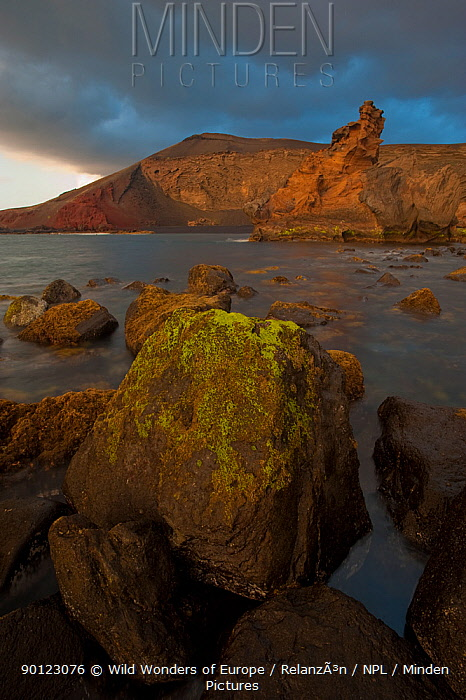 Coast around El Golfo, Timanfaya National Park, Lanzarote, Canary Islands, Spain, March 2009  -  WWE/ Relanzon/ npl