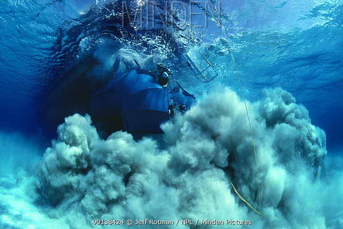 Divers operate a sandblaster searching and blowing a magnetic hit during the recovery of the shipwreck Las Maravillas, a Spanish galleon sunk in 1658, Bahamas 1987, model released  -  Jeff Rotman/ npl