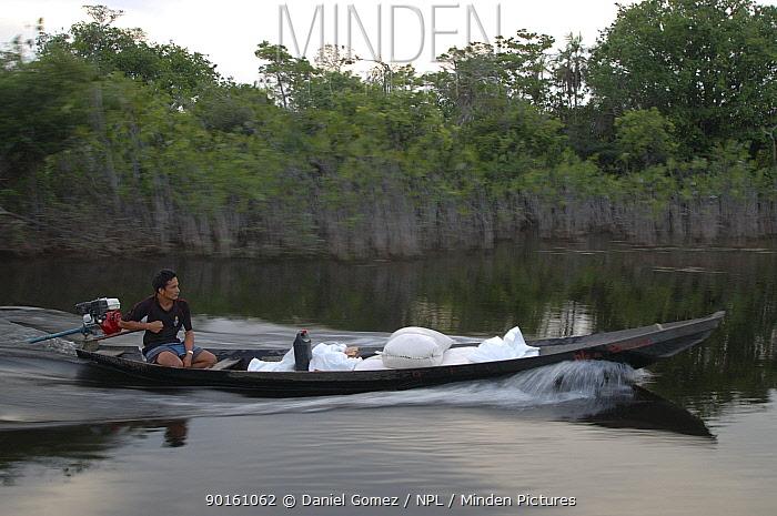 Locals transporting goods up the Arapiuns rivers Brazil  -  Daniel Gomez/ npl