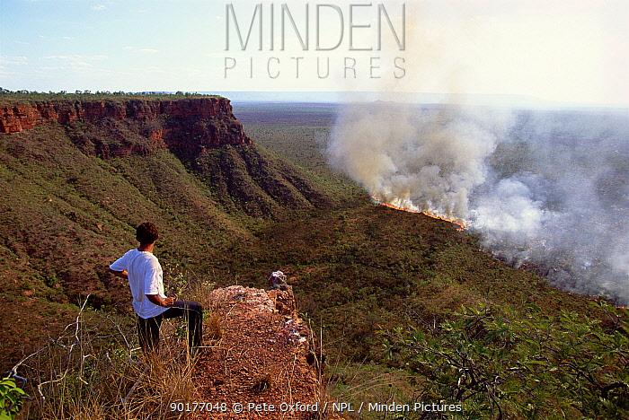 Deliberate bush fire in order to make pasture Piaui State, Brazil, South-America  -  Pete Oxford/ npl