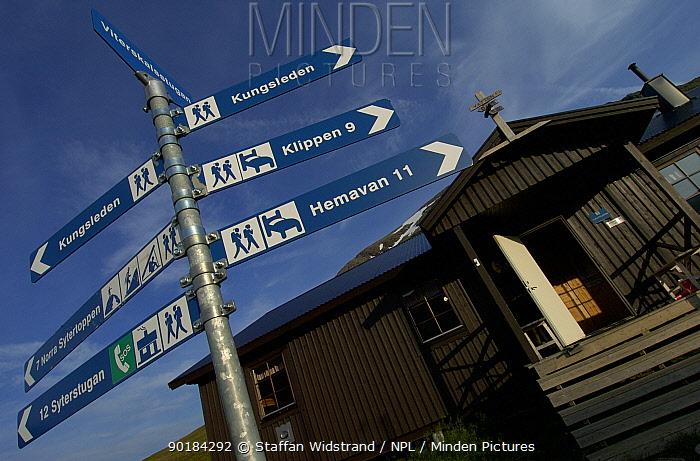 Hiking signpost in Vindelfjallen Nature Reserve, Lapland, Sweden  -  Staffan Widstrand/ npl