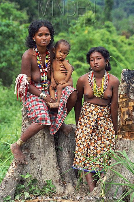 Batak women with child Palawan, Philippines  -  Dario Novellino/ npl