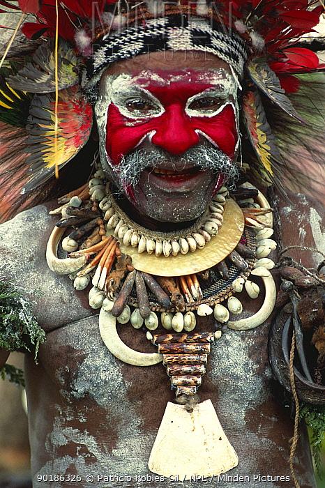 Wahgi Valley man in warrior dress, Mountain Hagen, Papua New Guinea  -  Patricio Robles Gil/ npl