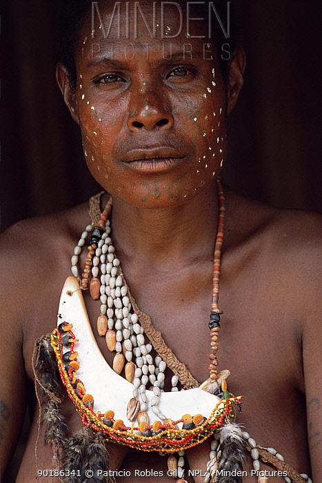 Woman of Yimas tribe, Karawari river, Sepik, Papua New Guinea, 2001  -  Patricio Robles Gil/ npl