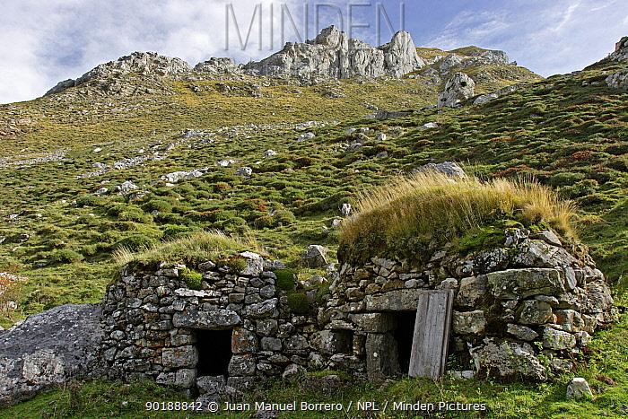 Traditional stone huts, Bra�a de Sousas, Lago valley, Somiedo NP Asturias, Spain  -  Juan Manuel Borrero/ npl