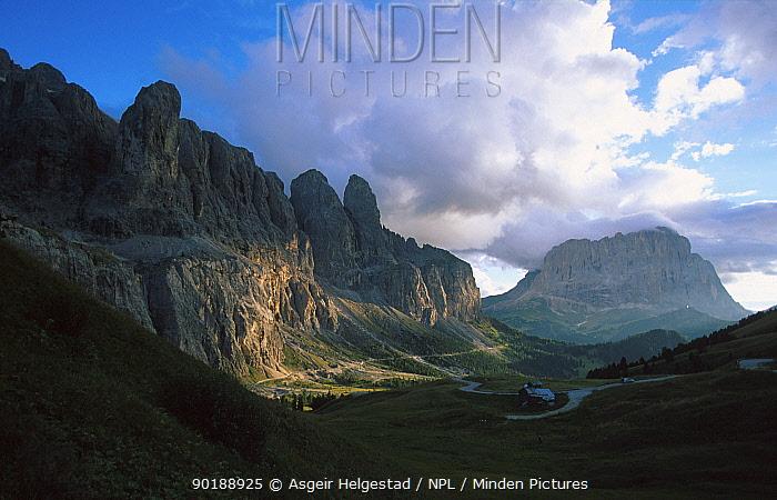 Mountain pass between Passo Sella and Corvara, Val Gardena, Dolomites, Italy  -  Asgeir Helgestad/ npl