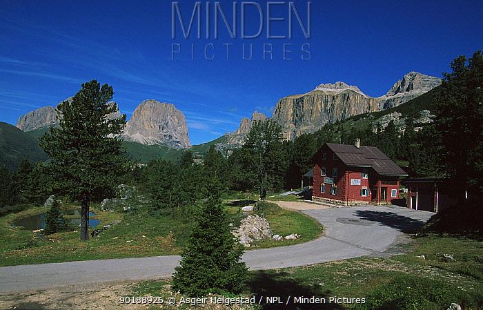 Mountain cabin, Passo Pordoi, Dolomites, Italy  -  Asgeir Helgestad/ npl
