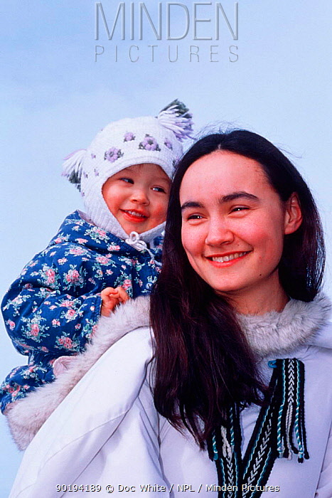 Inuit mother and daughter Canada  -  Doc White/ npl