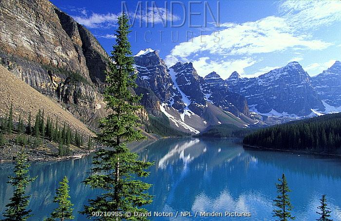 Morraine Lake with mountains all around, Banff National Park, Alberta Canada, North America  -  David Noton/ npl