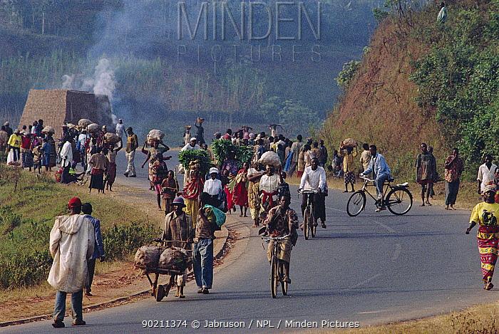 Rwandans walk and bicycle to market carrying goods, Ruhengeri, Parc des Volcans NP, Rwanda  -  Jabruson/ npl