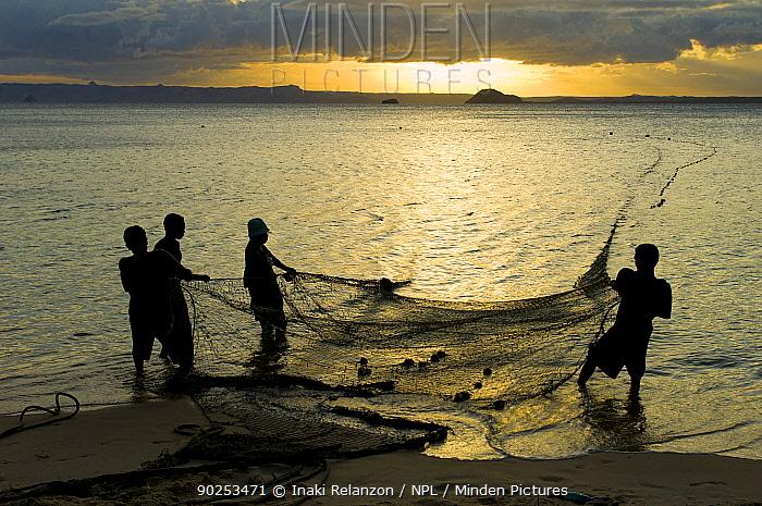 Fishermen gathering in their nets Ramena beach, Diego Suarez (Antsiranana), north Madagascar, Africa, June 2007  -  Inaki Relanzon/ npl