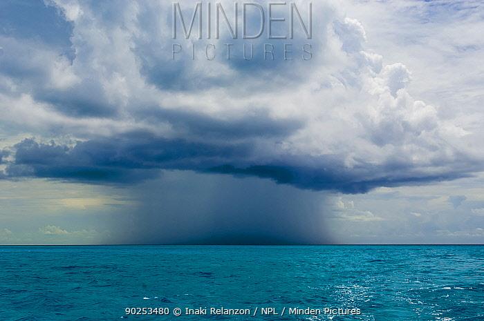 Isolated rain storm above the sea Bahamas Sea, Bahamas, North America, August 2006  -  Inaki Relanzon/ npl