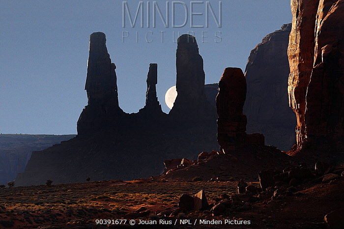 Thumb and Three sisters rock formations, in the early evening, Monument Valley Navajo Tribal Park, Arizona, USA December 2012  -  Jouan & Rius/ npl