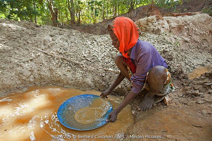 Woman panning for gold, Dairane, Madagascar, June 2013  -  Bernard Castelein/ npl
