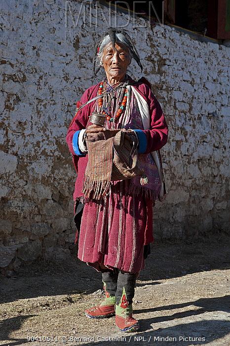 Old lady in traditional Mompa tribe dress (typical head dress made from Yak hair) with prayer mill at the Torgya festival Galdan Namge Lhatse Monastery, Tawang, Arunachal Pradesh, India January 2014  -  Bernard Castelein/ npl