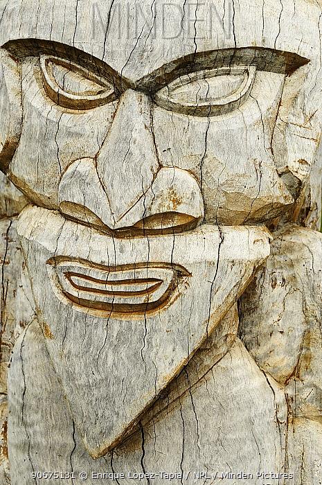 Wood sculpture of face, Ile des Pins, (Pine Island) New Caledonia, September 2008  -  Enrique Lopez Tapia/ npl