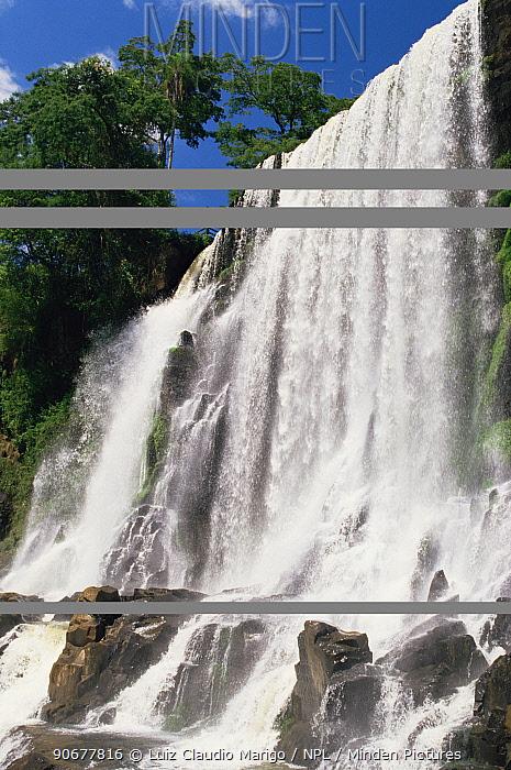 Iguassu Falls, Iguassu NP, border of Brazil and Argentina  -  Luiz Claudio Marigo/ npl