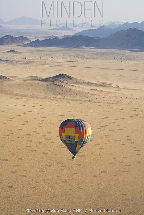 Aerial view of a balloon flight near the Sossuvlei dunes, Namibia  -  Sue Flood/ npl