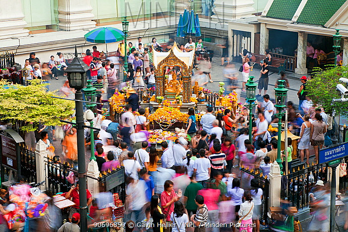 People crowding around the Thao Maha Brahma Buddha, near Ratchadamri, Bangkok, Thailand, 2010  -  Gavin Hellier/ npl