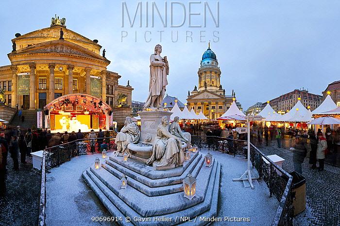 Traditional Christmas Market at dusk at Gendarmenmarkt, Berlin, Germany 2009  -  Gavin Hellier/ npl