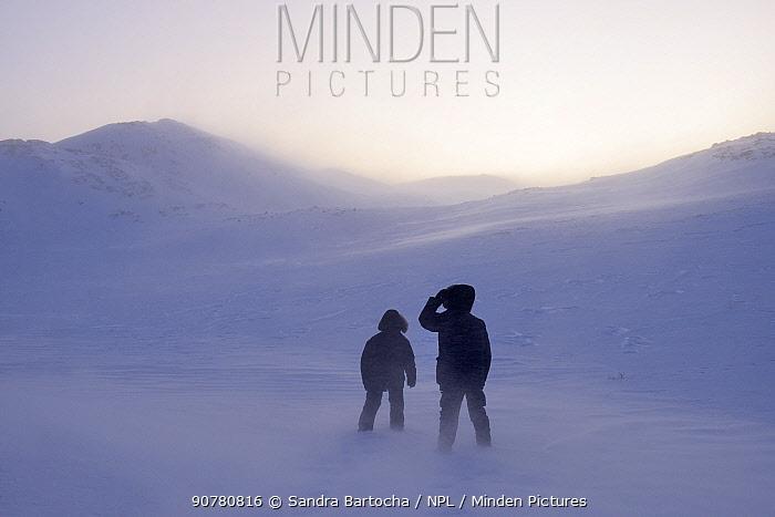 Photographer Sandra Bartocha with Werner Bollmann in the snow.