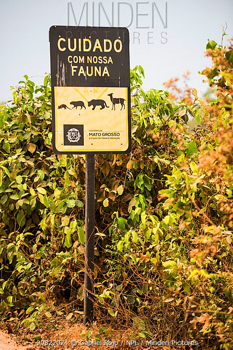 Road sign on the Transpantaneira route warning drivers to watch out for wildlife. Mato Grosso , Brazil. 2017.