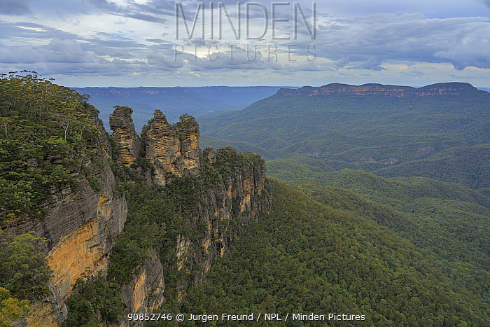 Three Sisters rock formation overlooking forest. Katoomba, Blue Mountains National Park, New South Wales, Australia. 2020.